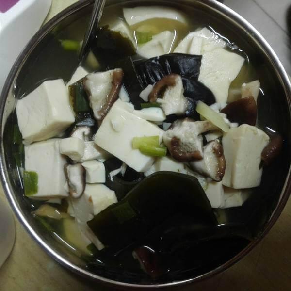 海带豆腐白菇汤
