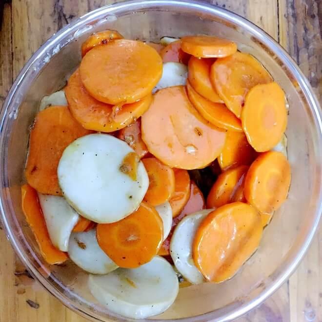 胡萝卜炒白茄子丁