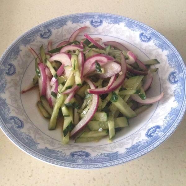 洋葱拌海带黄瓜丝
