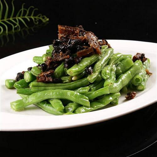 美味可口的豆豉鲮鱼炒速冻豇豆