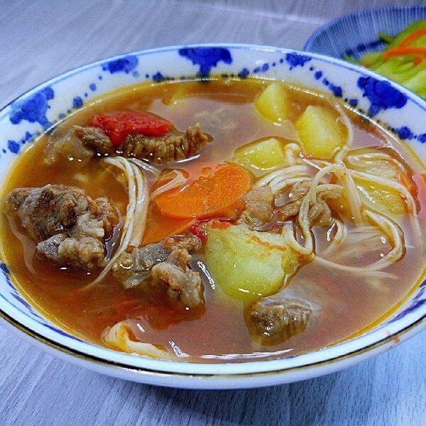 西红柿金针菇煮牛肉