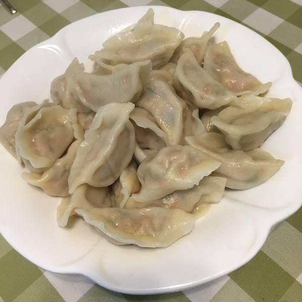 诱人的猪肉芹菜酱香水饺