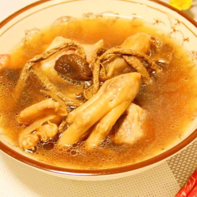 自制茶树菇鸭掌汤