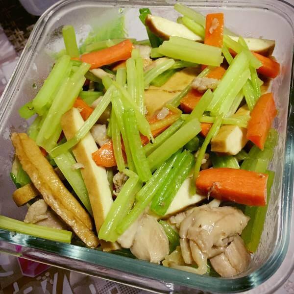 芹菜红椒炒鸡丁