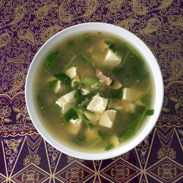 在家做的肉块菠菜豆腐汤