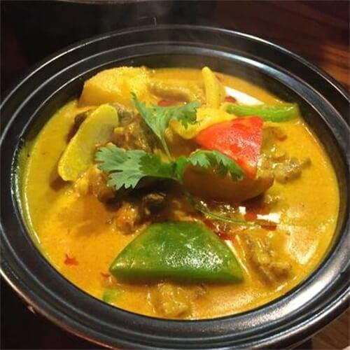 制作椰浆咖哩蛤蜊浓汤