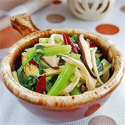 芹菜胡萝卜炒鸡腿菇