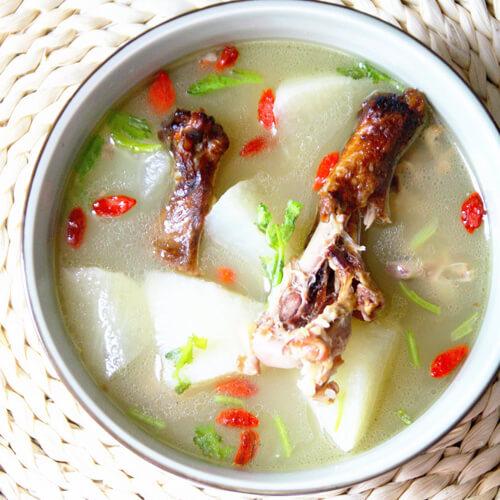 热腾腾的羊肉白萝卜汤