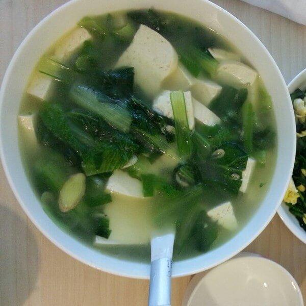 美味的白菜豆腐汤