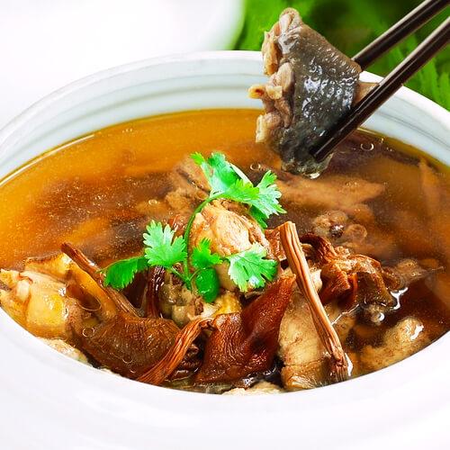 美味的鸭肉炖茶树菇