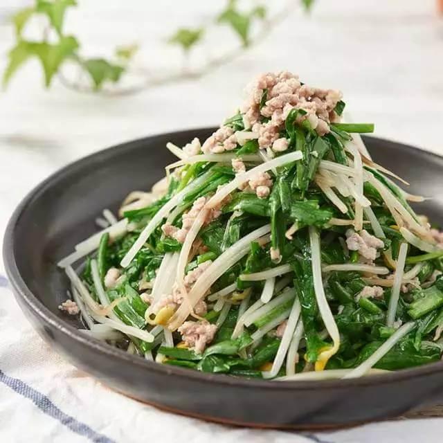 美味的韭菜炒鸡肉
