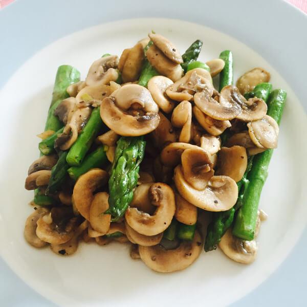 美味的韭菜炒蘑菇