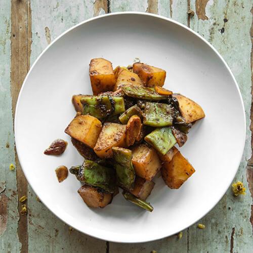好吃的土豆烧豆角的做法。
