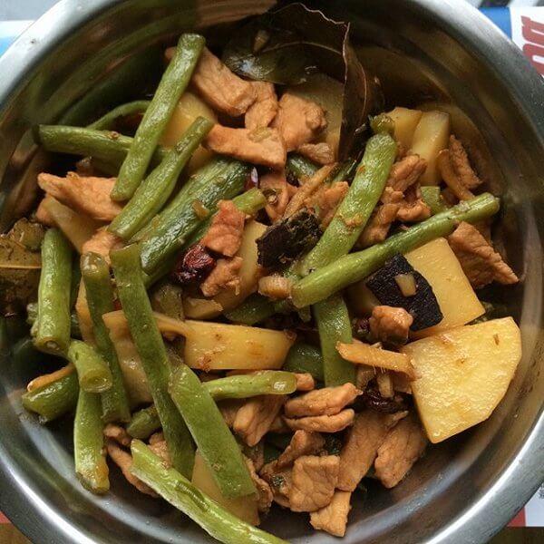 美味的土豆豆角炖鸡肉