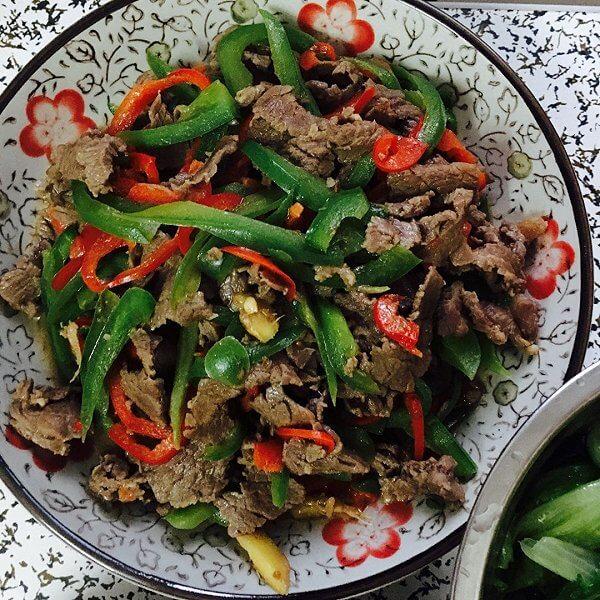家常菜生牛肉炒青椒的做法