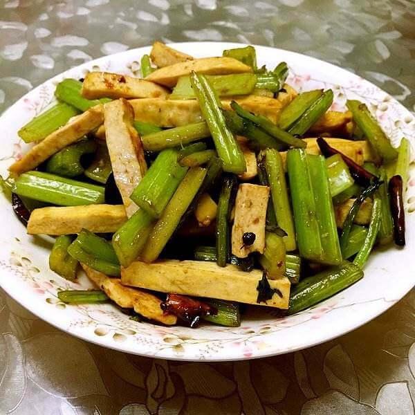 喷香的芹菜炒豆干