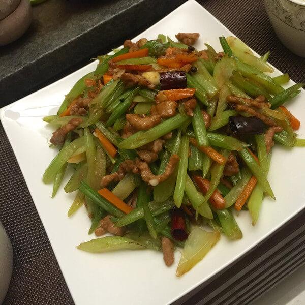 自制肉炒芹菜