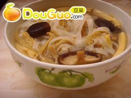 美味的腐竹香菇汤河粉