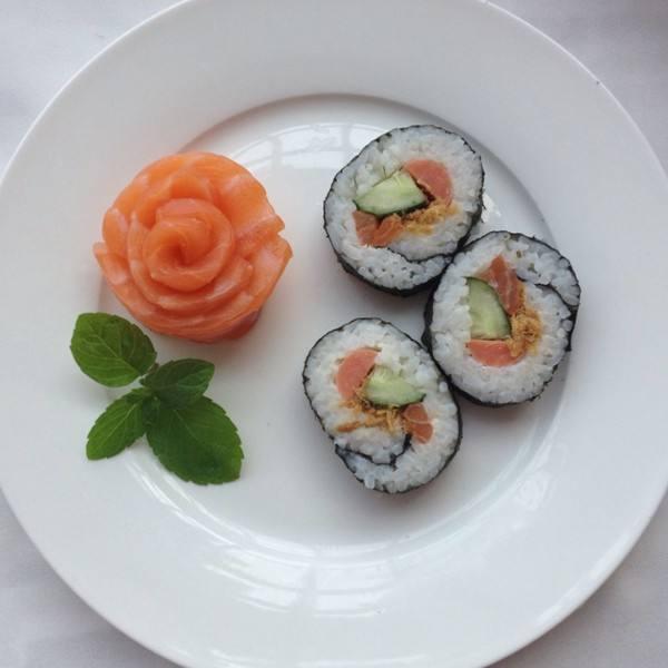 三文鱼北极贝鲜虾手握寿司