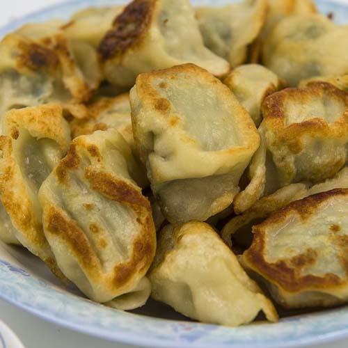 喷香的油煎饺子