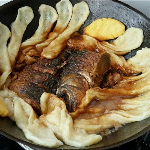 诱人的铁锅炖鱼