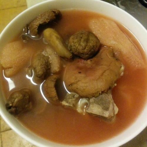 热腾腾的排骨红菇汤