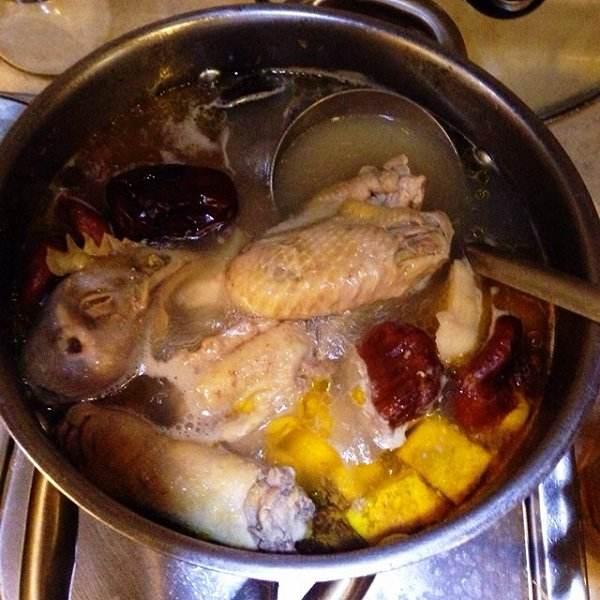红枣枸杞蒸鸡
