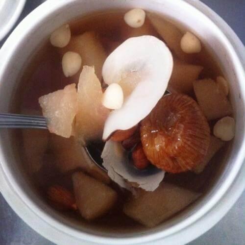 雪梨蜜枣萝卜煲猪展汤