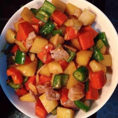 鸡肉炖土豆胡萝卜