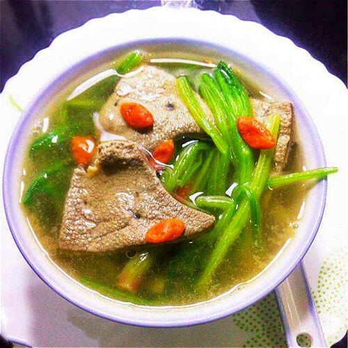 美味的嫩肉菠菜汤