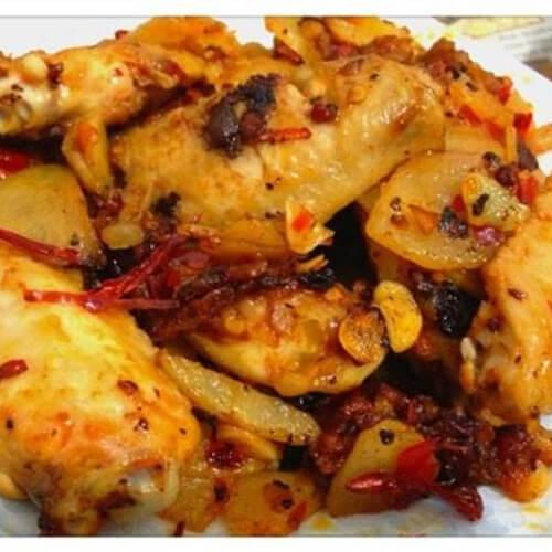 香辣的干鍋土豆片雞翅