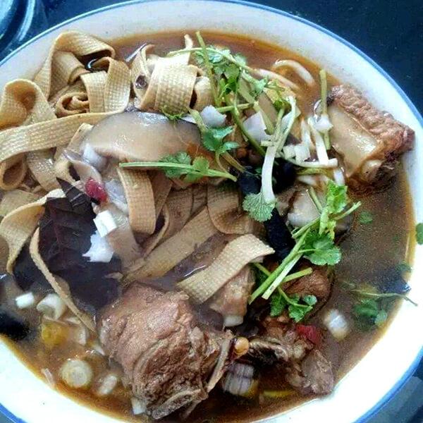 鲜嫩美味豆腐皮香菇肉汤