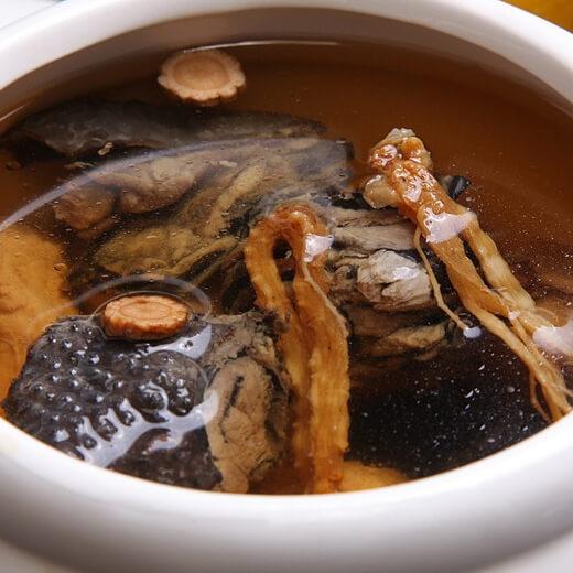热腾腾的蟹味菇青菜乌鸡汤