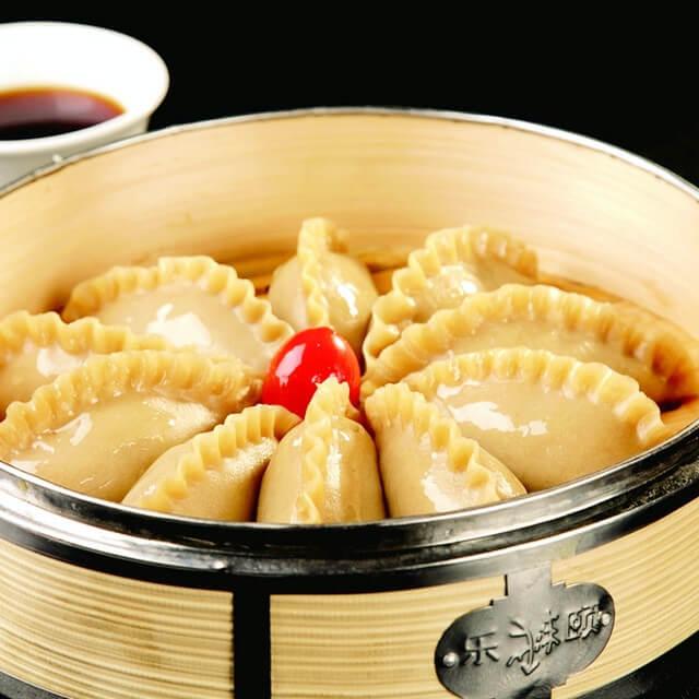 美味的酸辣酸菜饺子汤
