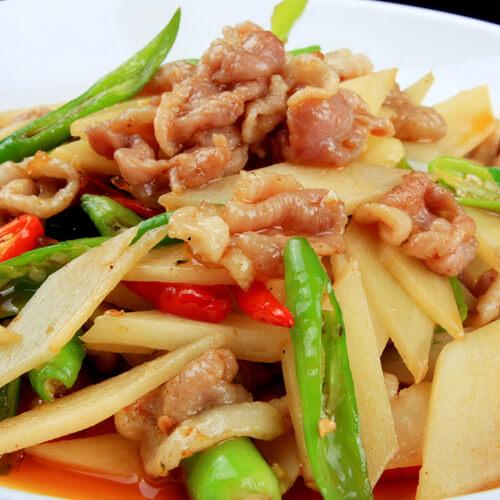 美味的土豆片辣椒炒肉