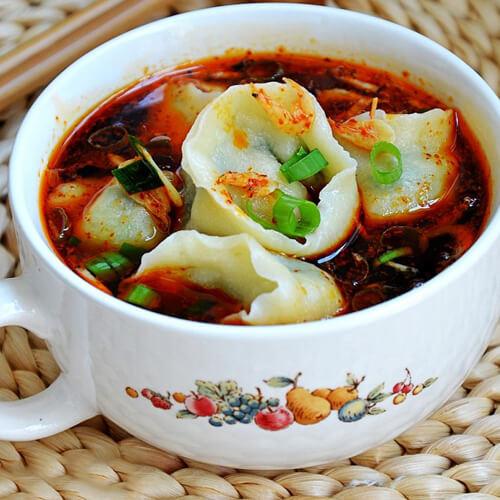 可口的酸辣酸菜饺子汤