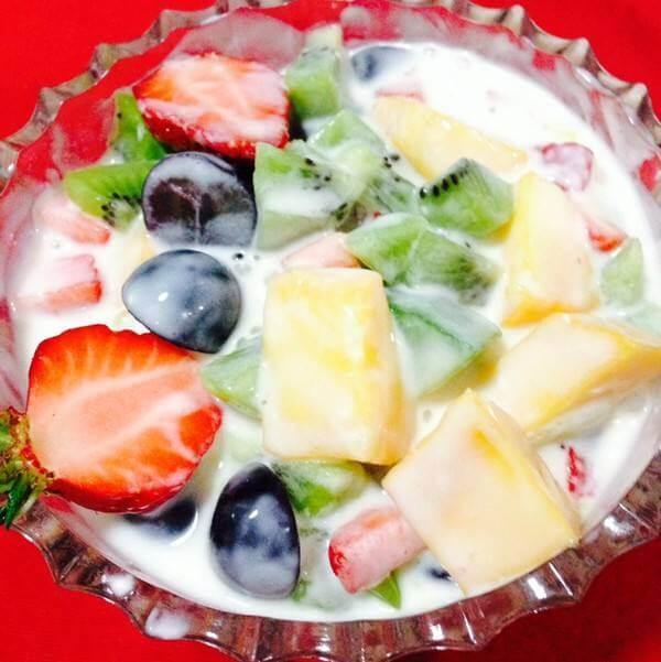 香甜的草莓酸奶水果捞
