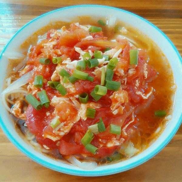 美味的鸡蛋番茄煮青菜面