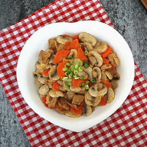 美食口蘑莴笋胡萝卜炒肉