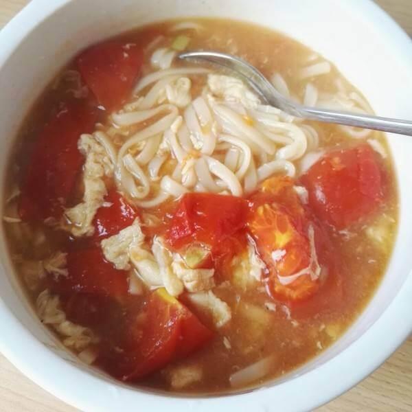 营养的鸡蛋番茄煮青菜面