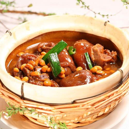 美味的三文鱼排炖黄豆