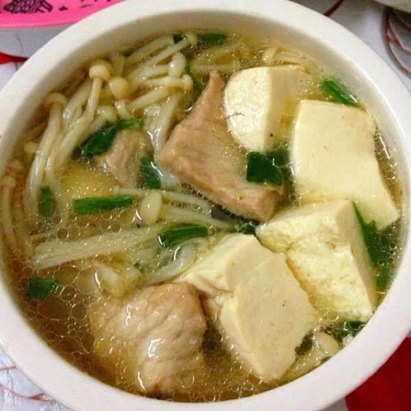 美味的金針菇豆腐泡魚丸湯