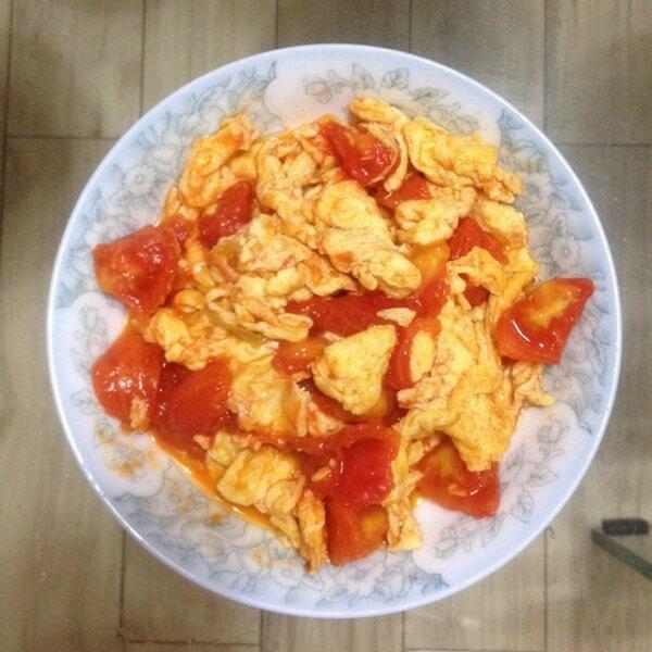 美味的西红柿炒虾仁