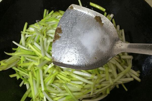 韭黄炒肉第七步