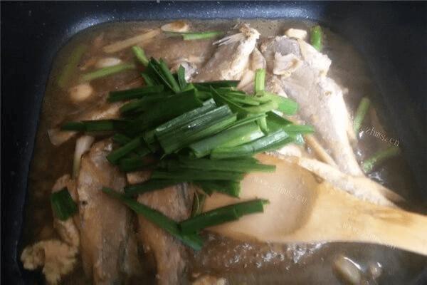 你喜欢吃吃小黄鱼吗?那一定不能错过,让人怀念的蒜苗烧小黄鱼第六步