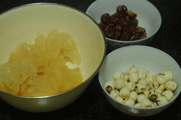 美味健康的早餐银耳莲子粥的做法图解第三步