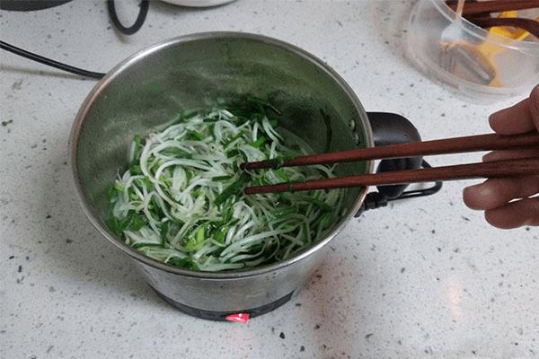 无油烟产生的韭菜炒豆芽,只要一点油和一点盐就能非常好吃!第六步