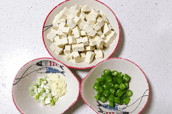 低油低盐的炒豆腐,老人小孩都能吃第四步
