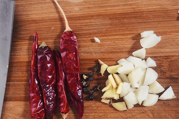 简单几步就能在家做出餐馆味道的干煸豇豆第二步