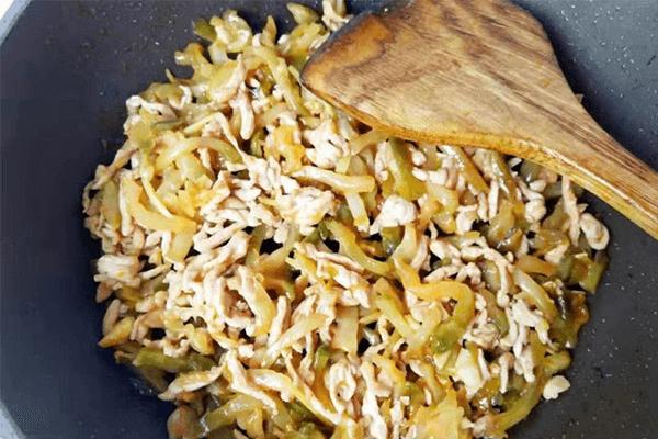 下飯菜的升級吃法——榨菜炒肉絲第五步